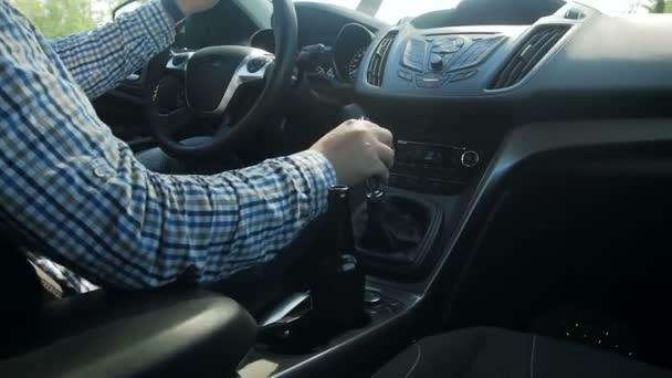 Mladý muž řídil auto s lahví piva. Jízda po požití alkoholu je nebezpečné.