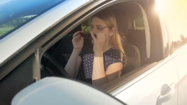 Zpomalené záběry mladých řidičku nosí sluneční brýle vozem