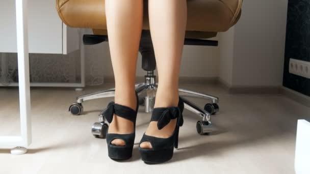 Ufficio Elegante Lungi : 4 filmati di k della donna di affari elegante tacchi lunghi che si