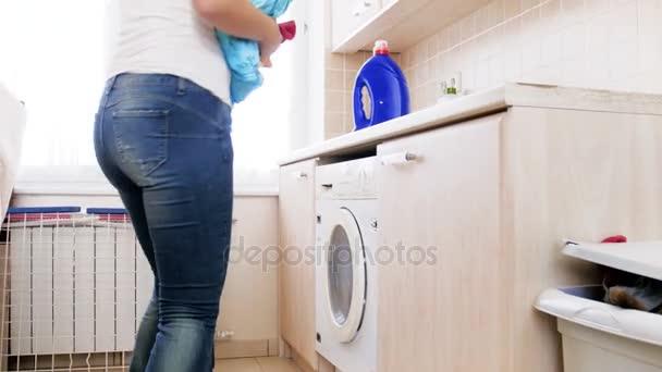 4 k felvételeket a fiatal szép háziasszony, be piszkos ruhák mosógép