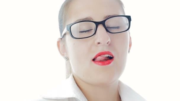 05db300fa7 Cámara lenta imágenes de mujer elegante sexy con lápiz labial rojo con  lentes– metraje de stock