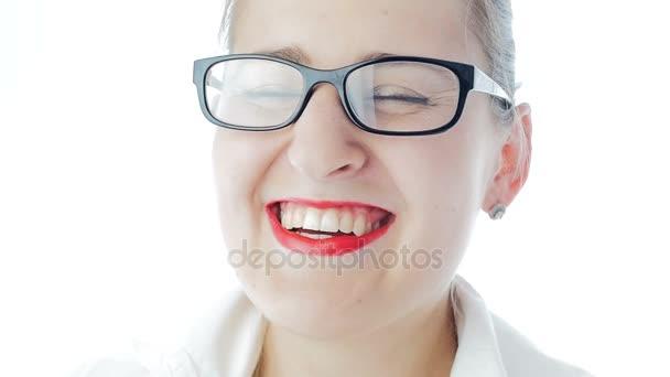 ffdea97475 Slow motion video de mujer riendo feliz con lápiz labial rojo con lentes–  metraje de stock