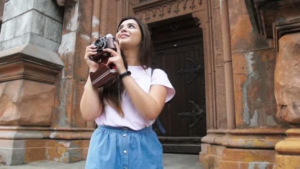 Zpomalené video krásná brunetka dokumentovat starověké budovy na ruční kameru