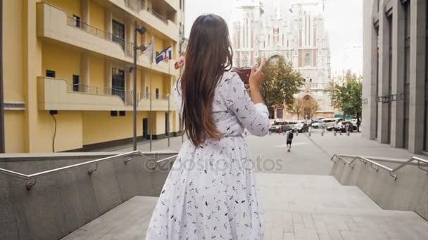 Tónusú lassított felvételeket szép stílusos lány, fotókon, vintage film fényképezőgép