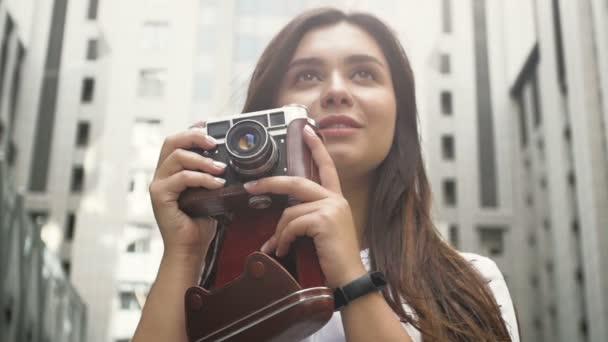 Closeup Slow-Motion Aufnahmen von Fotograf Brünette Frau mit Vintage Filmkamera