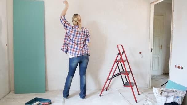 Zeitlupenaufnahmen einer schönen jungen Frau, die in einem renovierten Haus tanzt