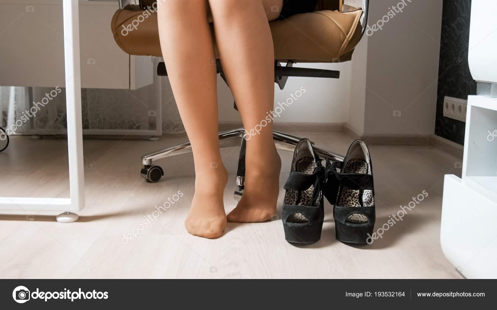 Image gros plan des pieds nus de femme d affaires en collants sous