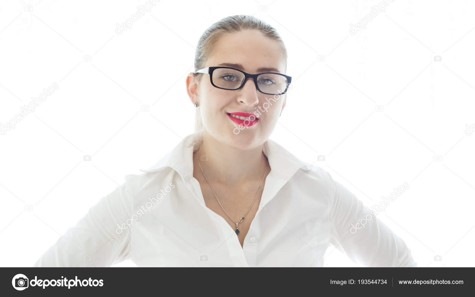 eab50a98dd Retrato sobre fondo blanco de mujer sexy con lápiz labial rojo con lentes —  Fotos de