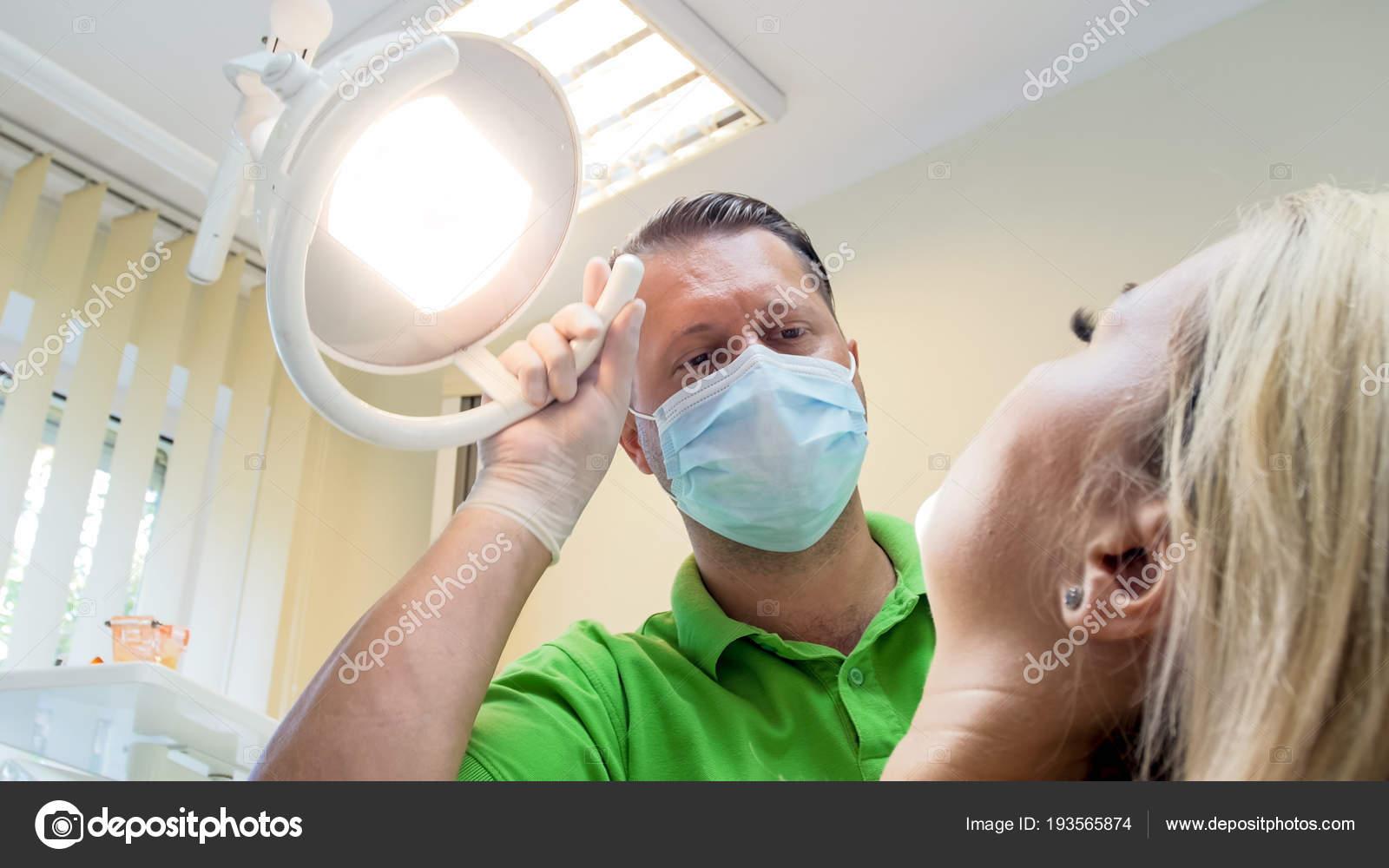 Доктор и пациентка осмотр