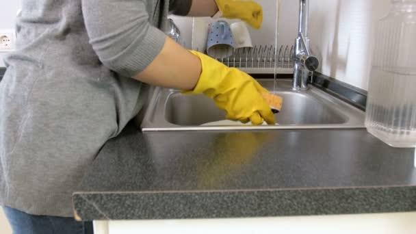 4k posouvání videa mladé ženy v žluté altex rukavice mytí nádobí v kuchyni