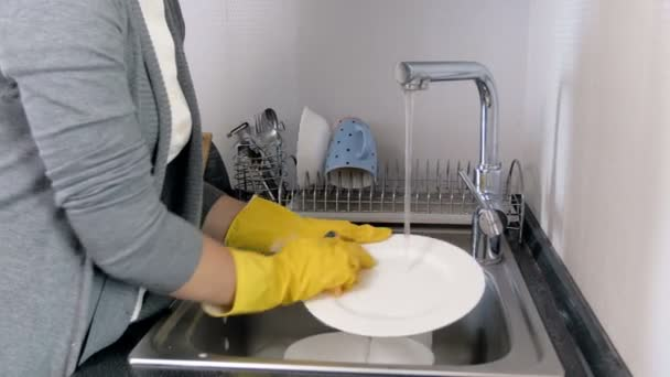 4k Closeup Aufnahmen von müde Hausfrau reibt ihre verschwitzten Stirn nach dem Abwasch in der Küche