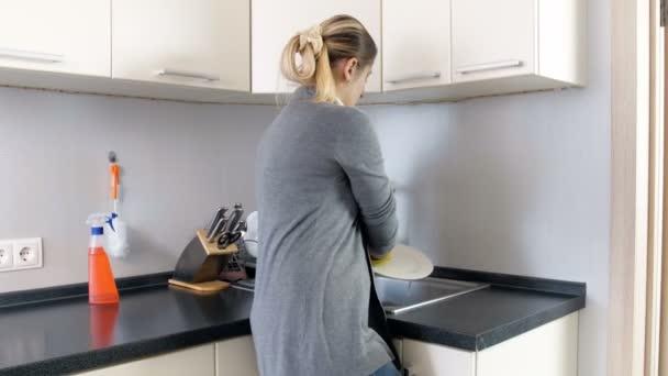 4 k záběry z unavený a vyčerpaný hospodyňka stojící na kuchyň po mytí nádobí