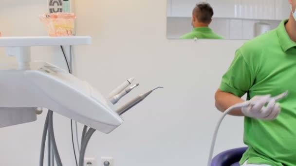 Closeup 4k Aufnahmen von Zahnarzt entfernen Zähne Karies mit speziellen Zahnbohrer