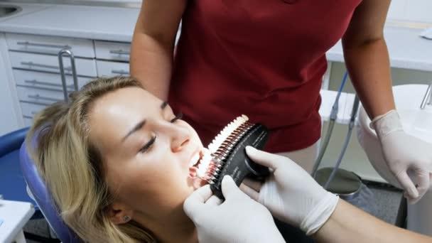 4 k Aufnahmen von Zahnarzt passender Farbe der Zähne vor Zahnweiß-Verfahren