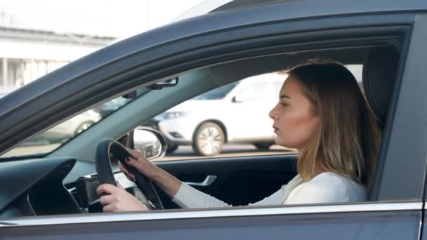 4k detailní video krásné sexy žena řízení auto a hledají místo na parkovišti