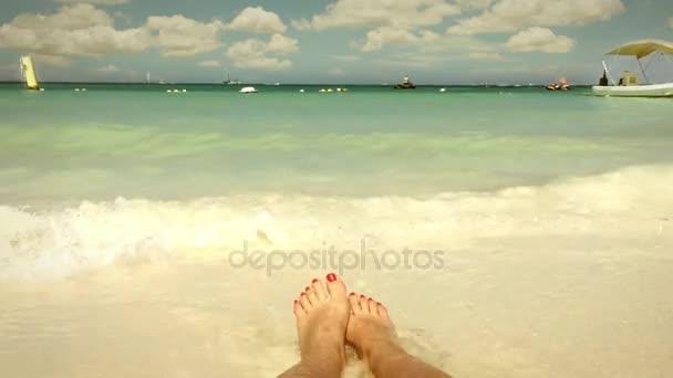 Dívka se těší pláže Karibiku