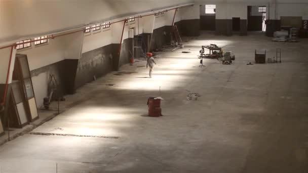 Stavební dělník v prázdné Wharehouse