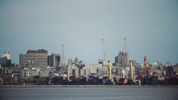 Veduta generale del porto di Montevideo, in Uruguay. Girato a Montevideo, Uruguay, 20 giugno 2014.