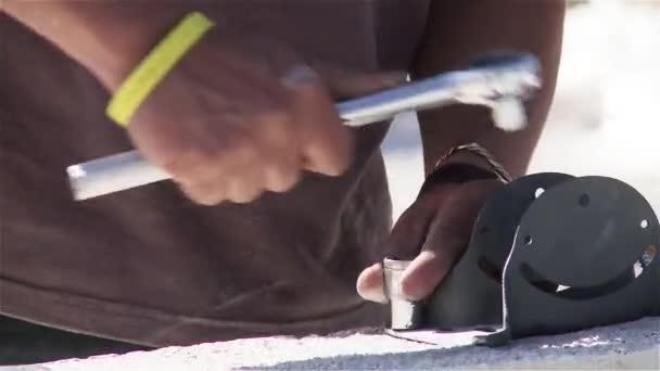 Člověk pracující na střeše s nástroji