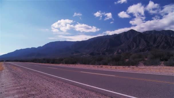 Vozidla, jízdy na asfaltovou silnici v horském údolí