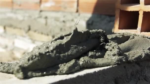 Pracovník s cihly a cement