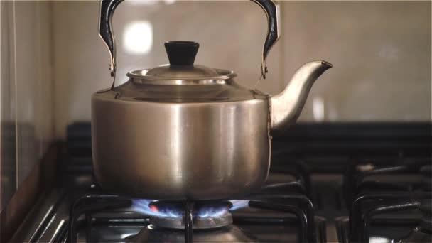 Staré konvice vaří na plynový sporák