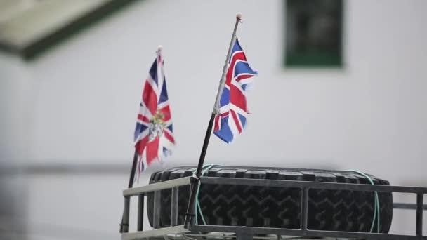Britische Flaggen auf dem Autodach. Falklandinseln.