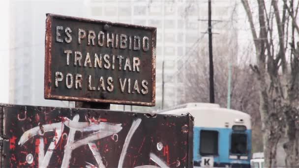 Zug und Warnschild an der Buenos aires Bahn