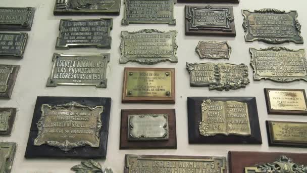 Bronzové desky na zdi