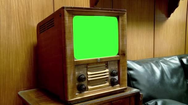 Vintage Television zöld képernyővel. Kicserélheti a zöld képernyőt a felvételre vagy képre, amit akar. Megteheti a Keying (Chroma Key) effektus Adobe After Effects vagy más videó szerkesztő szoftver (nézd meg útmutatók Youtube).