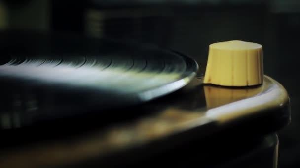 Vinyl Disc zapíná starý Retro Wooden Record Player. Detailní záběr. Přiblížit.