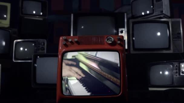 Régi televízió egy zongorista felrobbanó.