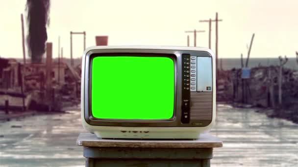 A régi Television Green Screen-t háborús övezetben forgatják. Közelíts rá. A zöld képernyőt helyettesítheti a kívánt képpel vagy képpel az After Effects billentyűzettel (nézze meg az útmutatókat a YouTube-on).