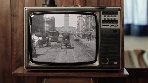 A Trip Down Market Street, San Franciscóban, egy retro TV-n. San Francisco 1906 április elején, 4 nappal a földrengés előtt. Köztulajdonban lévő felvételek.