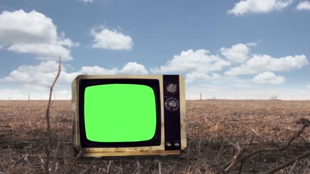 Retro Television Green Screen a vidéki háttérről. A zöld képernyőt helyettesítheti a kívánt képpel vagy képpel az After Effects billentyűzettel (nézze meg az útmutatókat a YouTube-on).
