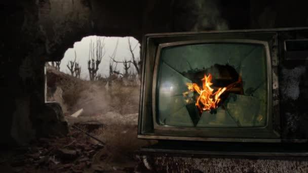Retro TV törött képernyővel és tűzzel egy lerombolt házban.