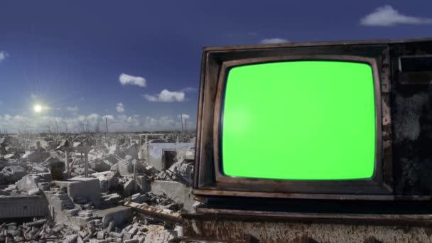 Retro TV Green Screen in a Demolished Ghost Town. Zelenou obrazovku můžete nahradit záběrem nebo obrázkem, který chcete, s klíčovým efektem v sekci After Effects (podívejte se na návody na YouTube).