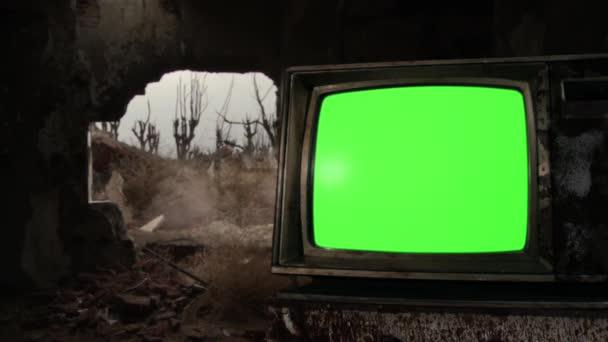 Kulomet natáčení na Retro TV Green Screen v demolované budově ve válečné zóně. Zelenou obrazovku můžete nahradit záběrem nebo obrázkem, který chcete, s klíčovým efektem v sekci After Effects (podívejte se na návody na YouTube).