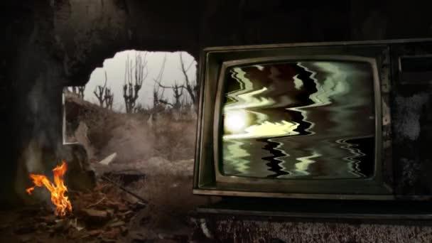 Régi TV Green Screen közel egy máglya egy lerombolt épület egy háborús övezetben. A zöld képernyőt helyettesítheti a kívánt képpel vagy képpel az After Effects billentyűzettel (nézze meg az útmutatókat a YouTube-on).