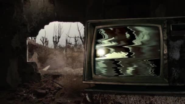 Régi TV Green Screen egy lerombolt épület között szemét. A zöld képernyőt helyettesítheti a kívánt képpel vagy képpel az After Effects billentyűzettel (nézze meg az útmutatókat a YouTube-on).