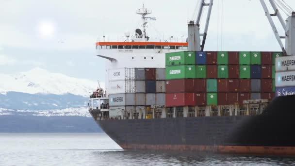 Ushuaia, Tierra del Fuego / Argentina - 09 09 09 2019: Kontejnerová loď v přístavu Ushuaia.