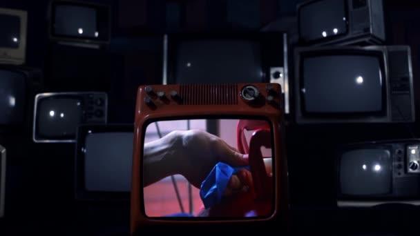 Kék hélium léggömb egy régi TV-n, a képernyő felrobban. Kék Sötét Tone.