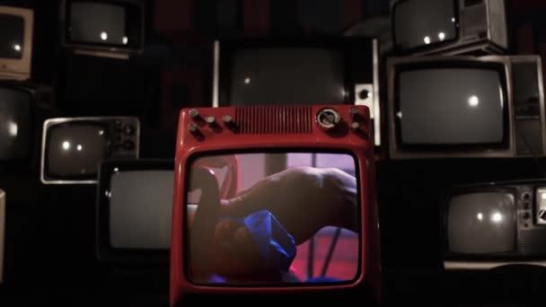 Kék hélium léggömb felrobban egy Vintage TV, hogy törik.