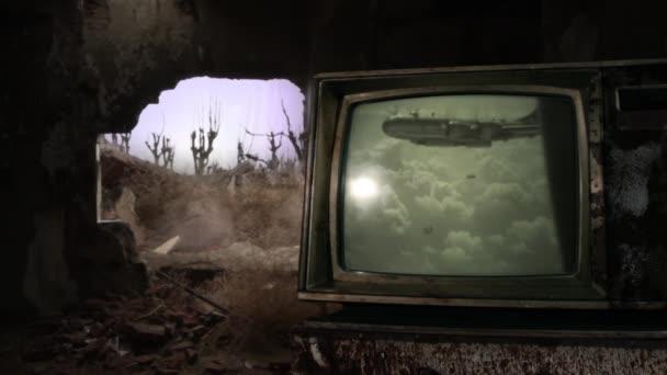 Háborús övezet. Öreg Bombázó atombombát dobott egy lerombolt városba, ahogy az egy retro TV-ben látható egy sötét szobában. Néhány eleme ennek a videónak a Public Domain.