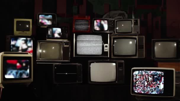 Tömege elmosódott emberek ar a foci Stadion Argentínában és a régi retro TV-k.