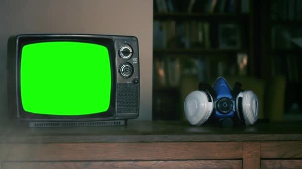 Kézzel felvesz egy arclélegeztető maszkot és egy retro TV-t zöld képernyővel. Kicserélheti a zöld képernyőt a felvételre vagy képre, amit akar. Megteheted a Keying effektussal (nézd meg az útmutatókat a YouTube-on).