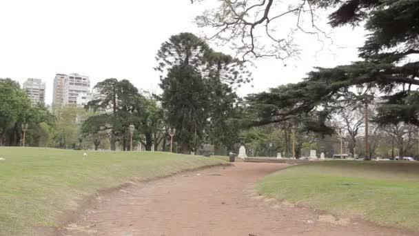 Lonely Path in the Parque Tres de Febrero, známý jako Bosques de Palermo (Palermo Woods), městský park v Buenos Aires, Argentina.