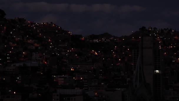 Gebäude über einem Hügel in La Paz, der Hauptstadt von Bolivien, bei Nacht.