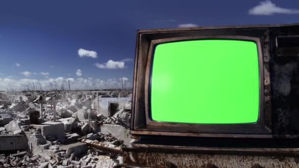 Retro TV egy szellemváros romjai felett. Közelíts rá. Kicserélheti a zöld képernyőt a felvételre vagy képre, amit akar. Megteheti a Keying (Chroma Key) hatással Adobe After Effects vagy más videó szerkesztő szoftver (nézd meg útmutatók).