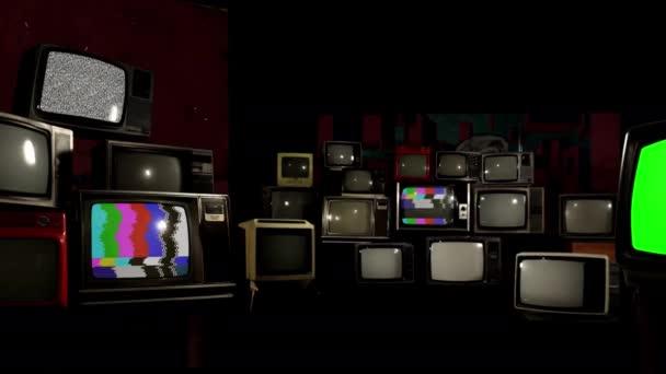 Stacks of Vintage TV with Color Bars and a Retro TV with Green Screen. Televíziós háttér. Kicserélheti a zöld képernyőt a felvételre vagy képre, amit akar. Meg tudod csinálni a Keying hatás After Effects vagy bármely más videó szerkesztő szoftver.